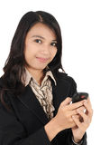 Kvinna som rymmer en mobil telefon Royaltyfria Foton
