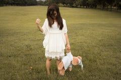 Kvinna som rymmer en nallebjörn Royaltyfri Bild