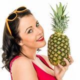Kvinna som rymmer en ny mogen ananas arkivbilder