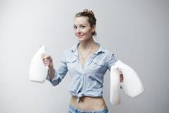 Kvinna som rymmer en plast- flaska av tvättmedel Arkivbild
