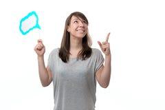 Kvinna som rymmer en platta i hand arkivbild