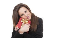 Kvinna som rymmer en röd gåvaask royaltyfri fotografi
