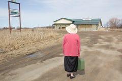Kvinna som rymmer en resväska Arkivbilder