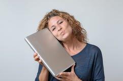 Kvinna som rymmer en splitterny bärbar dator Arkivfoto