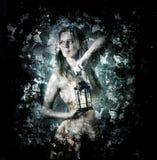 Kvinna som rymmer en stearinljuslykta Arkivfoton