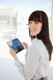 Kvinna som rymmer en tabletPC i henne händer Arkivfoto