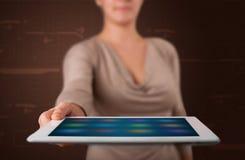 Kvinna som rymmer en vit minnestavla med oskarpa apps Royaltyfria Foton