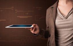 Kvinna som rymmer en vit minnestavla med oskarpa apps Arkivfoton