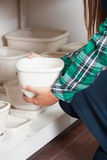 Kvinna som rymmer ett keramiskt royaltyfri bild
