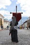 Kvinna som rymmer ett kolonialt kors i Antigua Guatemala Arkivbild
