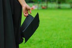 Kvinna som rymmer ett mortelbräde i fokus Arkivbild