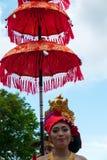 Kvinna som rymmer ett traditionellt paraply under ceremonin av Nyep Arkivbild