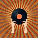 Kvinna som rymmer ett vinylrekord Arkivfoton