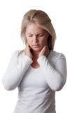 Kvinna som rymmer halsen isolerad på vit bakgrund bakgrundshand som isoleras över för halswhite för ställe sjuk öm kvinna Arkivbilder