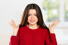 Kvinna som rymmer henne händer som säger ut att hon inte vet Royaltyfria Bilder