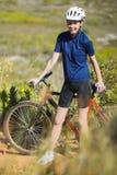 Kvinna som rymmer hennes cykel Arkivfoto
