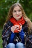 Kvinna som rymmer kopp te i händer Fotografering för Bildbyråer