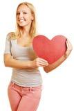 Kvinna som rymmer stor röd hjärta Royaltyfri Bild