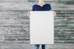 Kvinna som rymmer tom whiteboard Arkivbilder