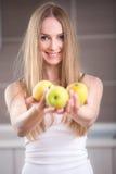 Kvinna som rymmer tre äpplen royaltyfri bild