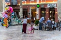 Kvinna som säljer ballonger på Nafplio Royaltyfri Fotografi