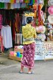 Kvinna som säljer bananer, Kuta, Bali, Indonesien arkivfoto