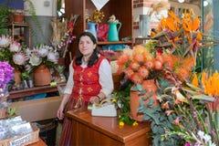 Kvinna som säljer blommor på marknaden av Funchal, madeiraö Royaltyfri Foto