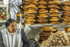 Kvinna som säljer brödmarknaden Cuzco Peru Arkivfoton