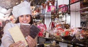 Kvinna som säljer choklader och konfekt arkivbild