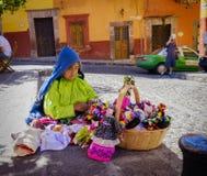 Kvinna som säljer dockor på gatan, Mexico Royaltyfri Bild