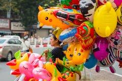 Kvinna som säljer färgrika ballonger royaltyfria foton