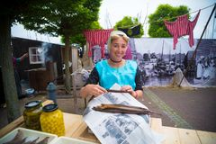 Kvinna som säljer fisken Royaltyfria Bilder