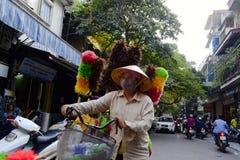 Kvinna som säljer fjäderdammtrasor på gatan royaltyfri fotografi