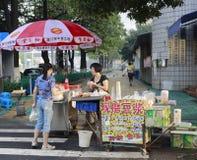 Kvinna som säljer frukosten på vägrenen Arkivbild