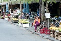 Kvinna som säljer frukt och grönsaker Arkivbild