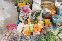 Kvinna som säljer frukt och grönsaker i våt marknad nära den Borobudur templet, Java, Indonesien Arkivbilder