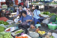 Kvinna som säljer frukt och grönsaker Thailand Royaltyfria Bilder
