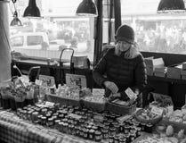 Kvinna som säljer gods i loppmarknad royaltyfri fotografi