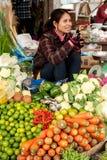 Kvinna som säljer greengroceryen på marknaden. Cambodja Royaltyfria Bilder