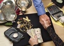 Kvinna som säljer guld och silver Arkivbild