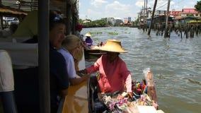 Kvinna som säljer hennes varor till turister från ett fartyg stock video