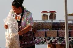 Kvinna som säljer jordnötter Arkivbild