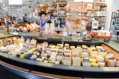 Kvinna som säljer ost i ett showmejeri på Engelberg Arkivbilder