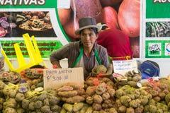 Kvinna som säljer potatisar på den Mistura matfestivalen Arkivfoto