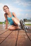 Kvinna som sätter på gående rollerblading för skridskor Arkivfoton