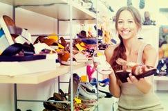 Kvinna som söker nya skor Royaltyfri Fotografi