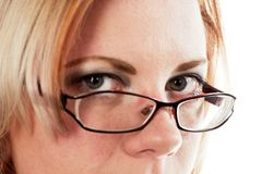 Kvinna som ser över henne exponeringsglas Arkivfoton