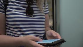 Kvinna som ser översikten på mobiltelefonen under gångtunnelritt lager videofilmer