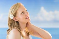 Kvinna som ser bort mot havet på stranden Fotografering för Bildbyråer
