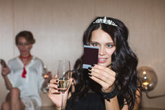 Kvinna som ser den ögonblickliga bilden Royaltyfria Bilder